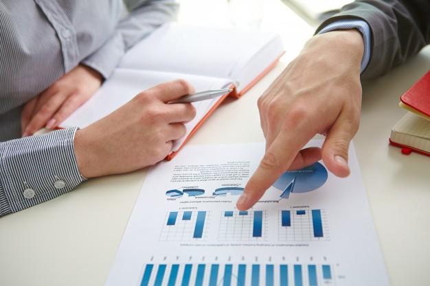 businessman-pointing-bar-graph_1098-2665